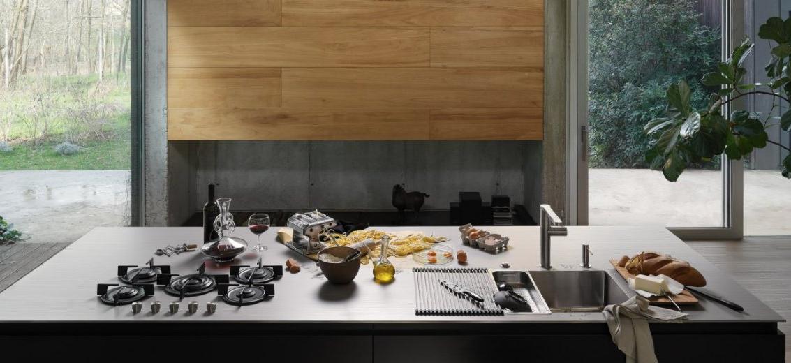 Kücheninsel mit Edelstahlarbeitsplatte nach Maß, integriertem Gas Kocher und Spüle; Foto: Franke