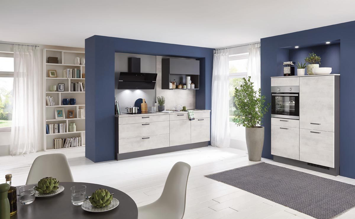 Küchenfront Riva 891 in Weißbeton Dekor in Kombination mit kühlem Blau; Foto: nobilia