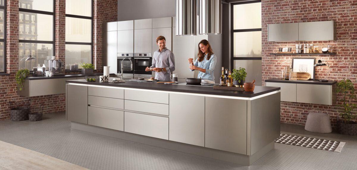 Moderne grifflose Küche Inox in gebürsteter Edelstahloptik; Foto: nobilia