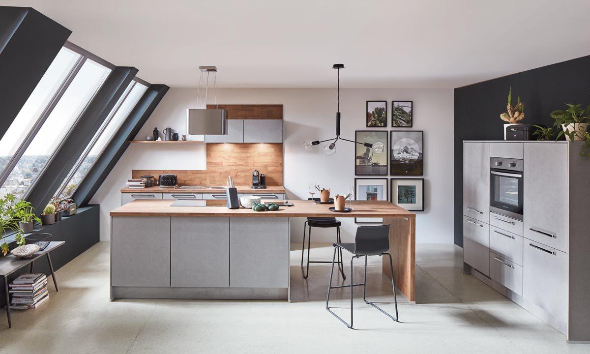 Grifflose Küche Cemento in Verbindung mit warmen Holztönen; Foto: nobilia