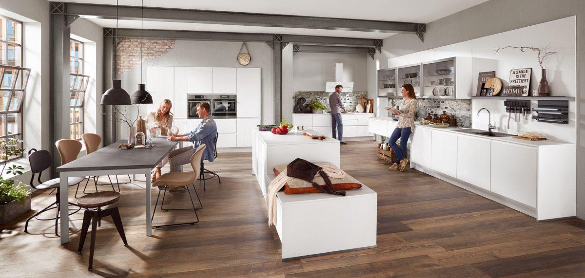 Weiße grifflose Küche mit matten Fronten und Insel; Foto: nobilia