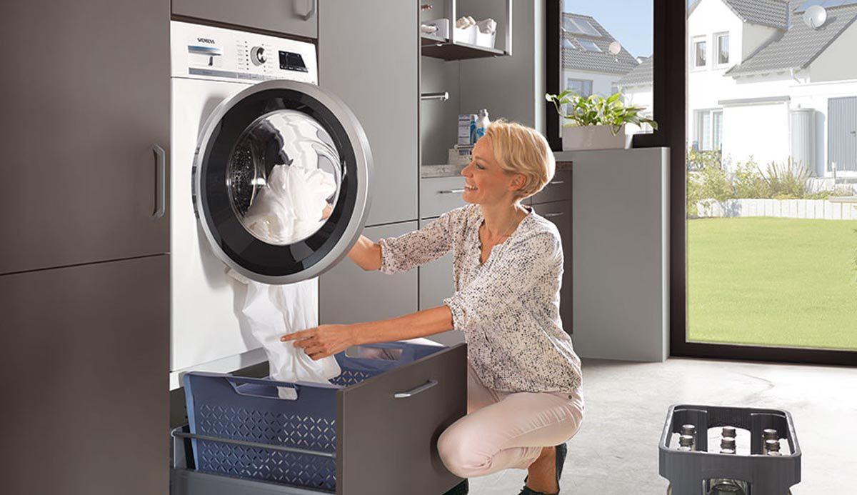 Hauswirtschaftsraum mit ergonomischen Lösungen für Waschmaschine und Co; Foto: nobilia