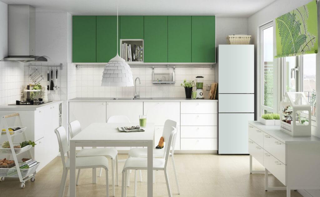 Weiße Küche mit bunten Küchenschränken; PhotoCredit: IKEA Möbelvertrieb OHG