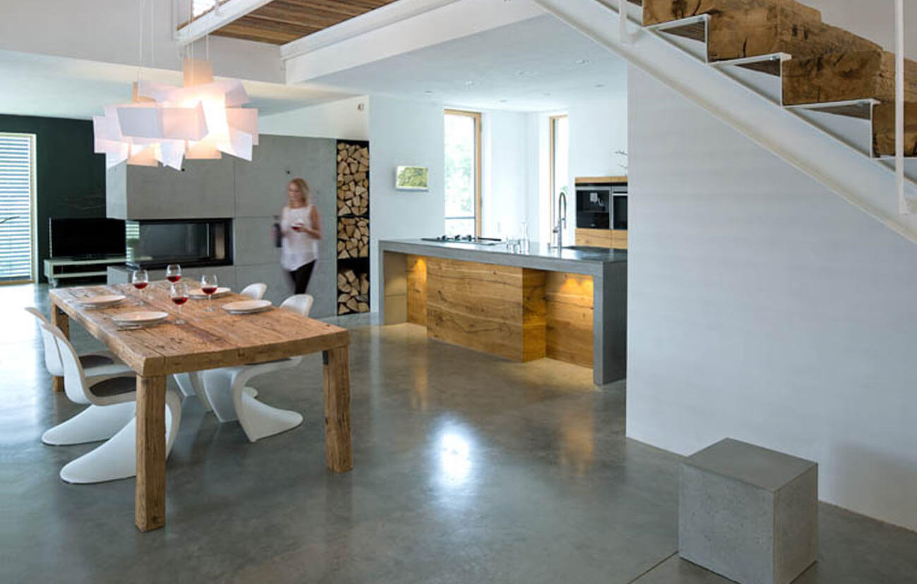 Wohnbereich mit Holztisch im Wohnhaus in Stallwang; Quelle: fabi architekten bda