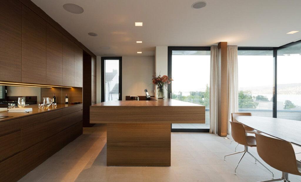 Offene Wohnküche mit bodenlangen Vorhängen.