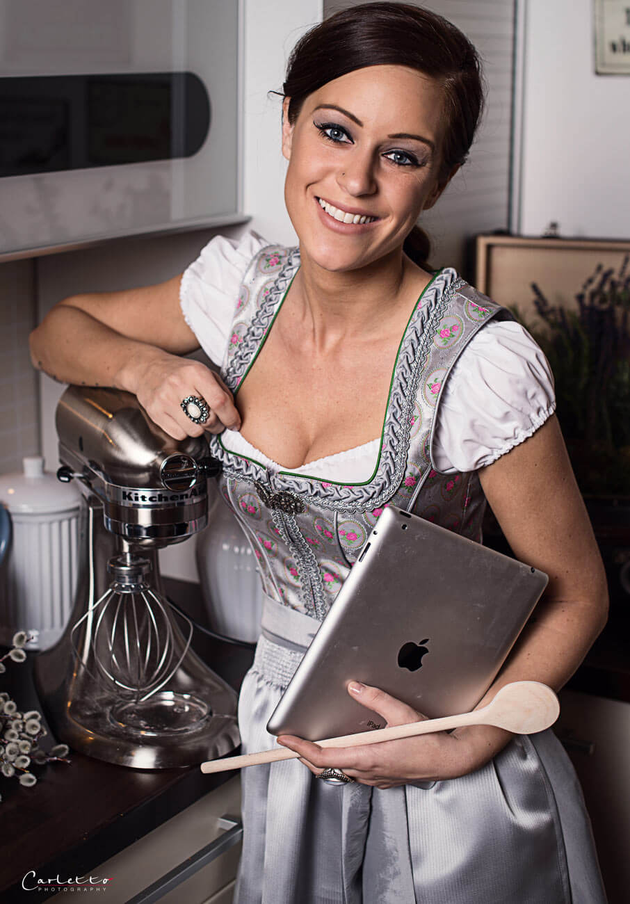 Catrin Neumayer im Bild mit ihrer KitchenAid. Fotocredit: Carleto Photography