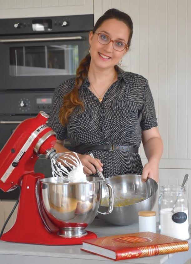Anna Husar mit ihrer roten KitchenAid; Fotocredit: Anna Husar