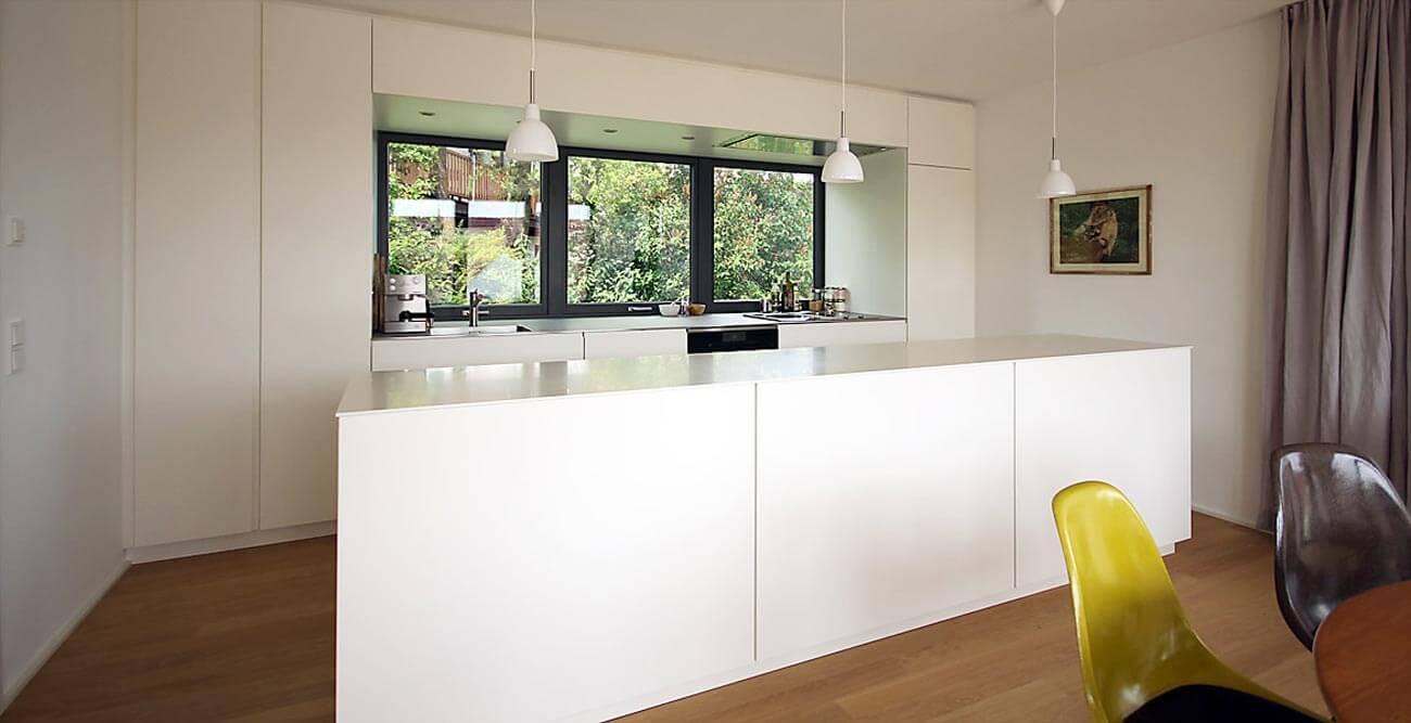 Weiße Kücheninsel als reine Arbeitsfläche