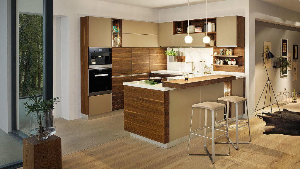 Küche in U-Form mit Holz und hellen Fronten; Foto: Team7