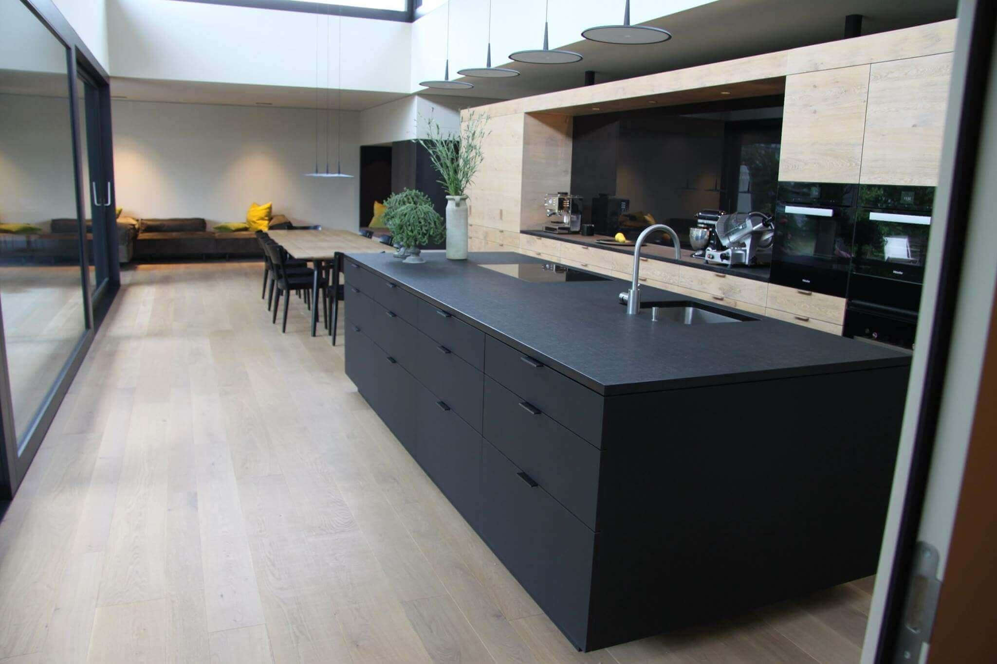 Tischlerküche Mit Schwarzer Kücheninsel Und Fronten Aus Holz