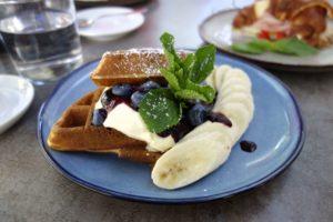 Waffeln mit Banane und Heidelbeeren; Fotocredit: Die Frühstückerinnen