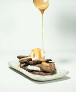 Schokowaffeln mit Bananeneis und Salzkaramell; Fotocredit: Benedikt Steinle, www.kitchenkonsulting.at