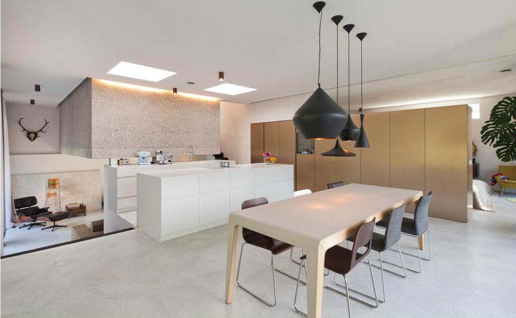 Kücheninsel in Weiß in offener Wohnküche; Fotocredit: Mark Sengstbratl, J. Haslinger