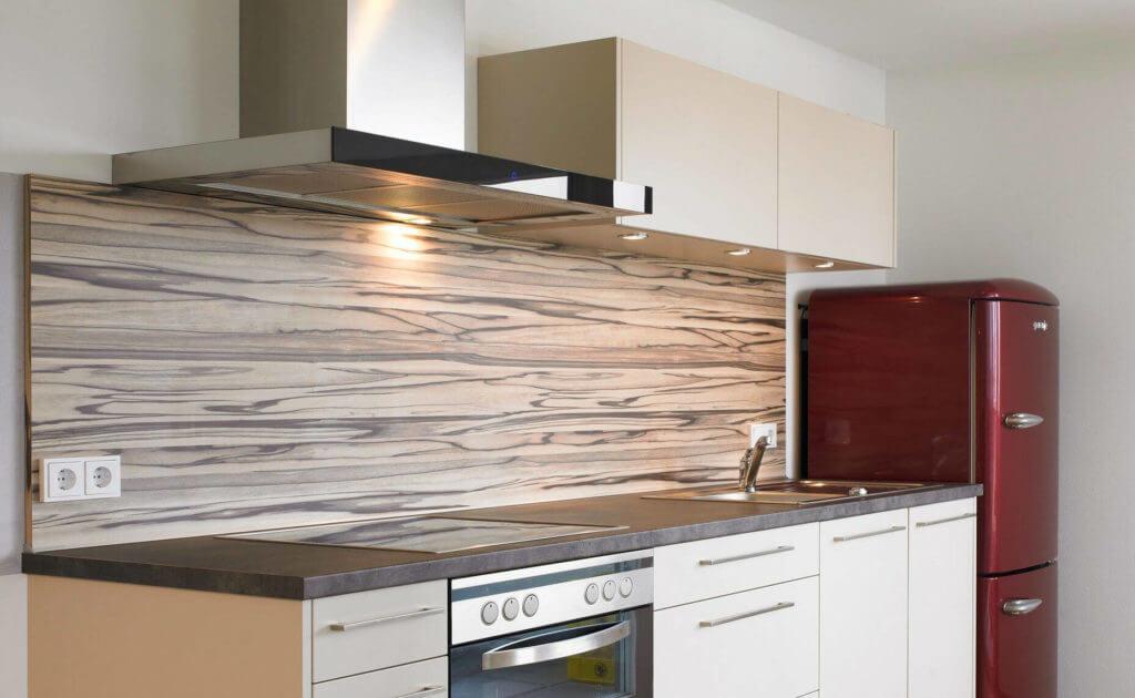 Kleine Küchenzeile mit Holzrückwand, Foto und Design: Hase & Kramer Dornbirn