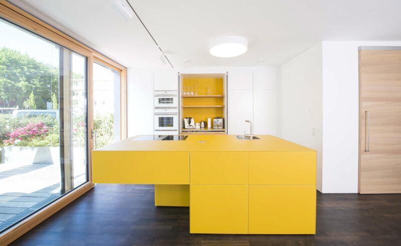 Grifflose Küche mit gelben Fronten; Foto: Loft 78 GmbH