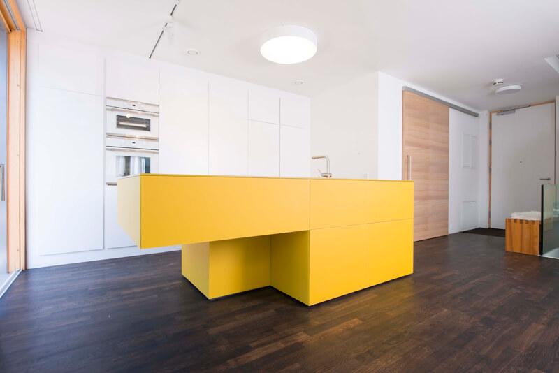 Gelbe Kücheninsel von Lago; Design & Fotocredit: Loft 78 GmbH