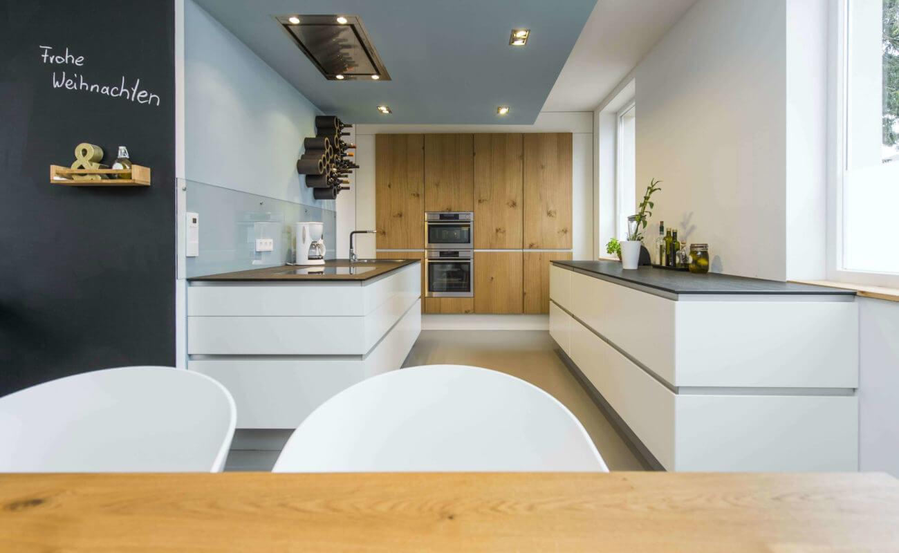 Küche in Weiß mit Holz, Foto: René Jungnickel, Design: BÜRO KÖTHE