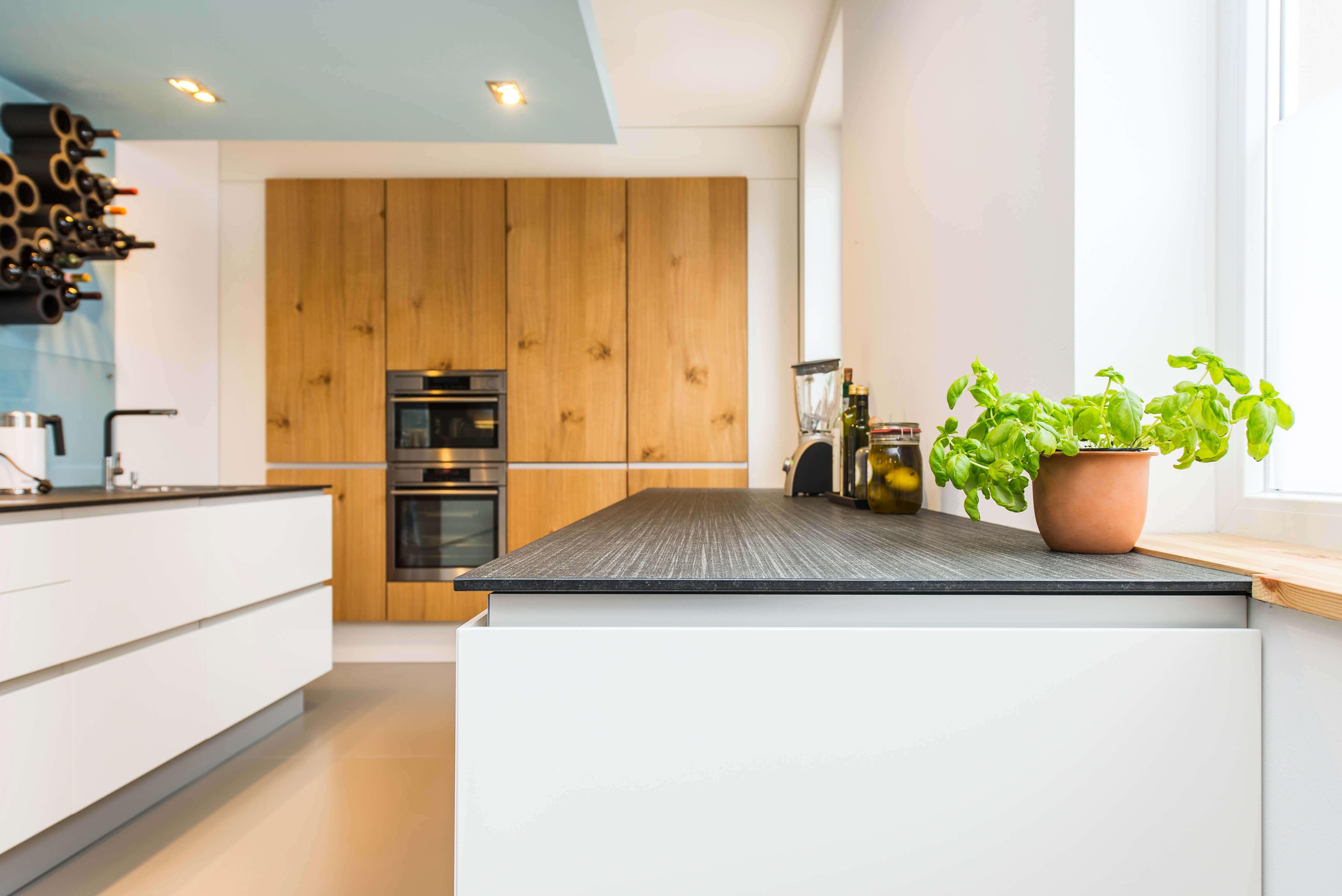 Skandinavisches Design: Moderne Wohnküche im alten Weinmeisterhaus ...