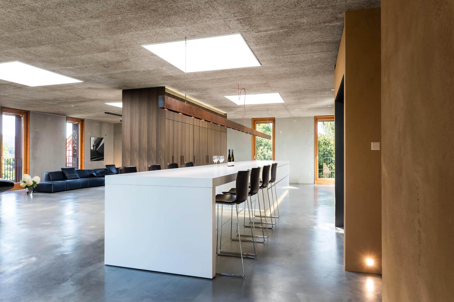 Küche Loft - Kochinsel mit anschließendem Esstisch Foto: René Lamb, Planung: Isoluzioni, Möbel: Minimal