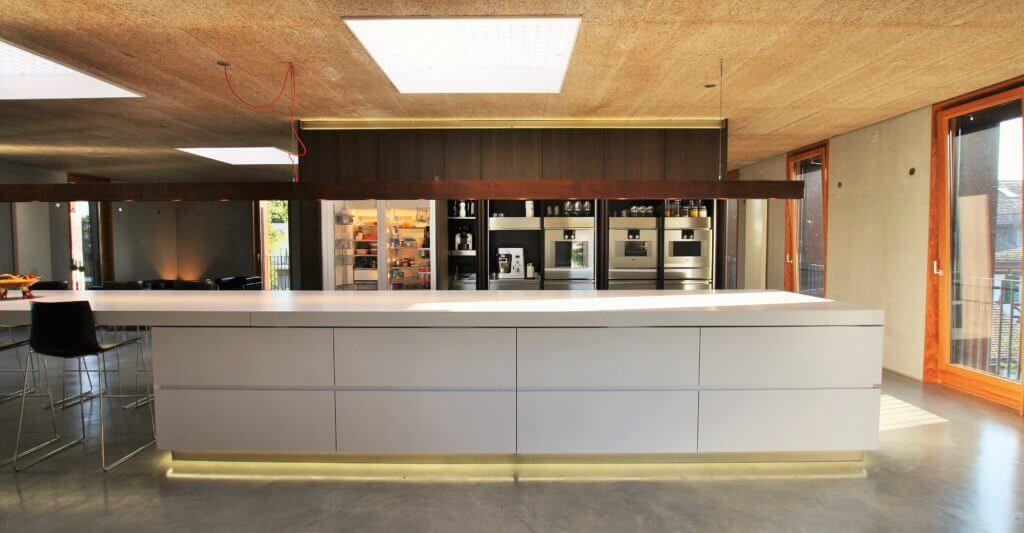 Loft-Küche mit weißer Kochinsel und Slide-System Foto: ISOLUZIONI + Sekulum