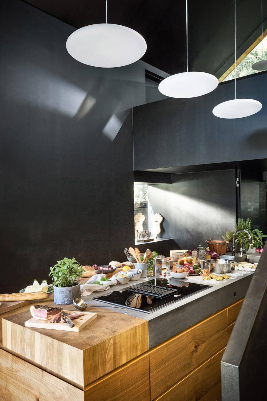 Küche mit Kochinsel aus Holz und einem Kochfeldabzug von Neff.
