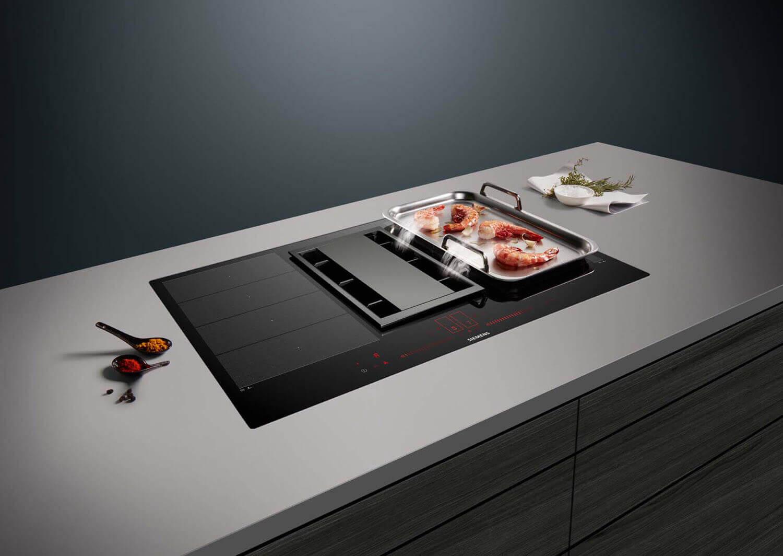 Siemens Kochfeldabzug inductionAir beansprucht wenig Platz unter der Arbeitsfläche. So können normalgroße Schubladen eingebaut werden. Foto: Siemens
