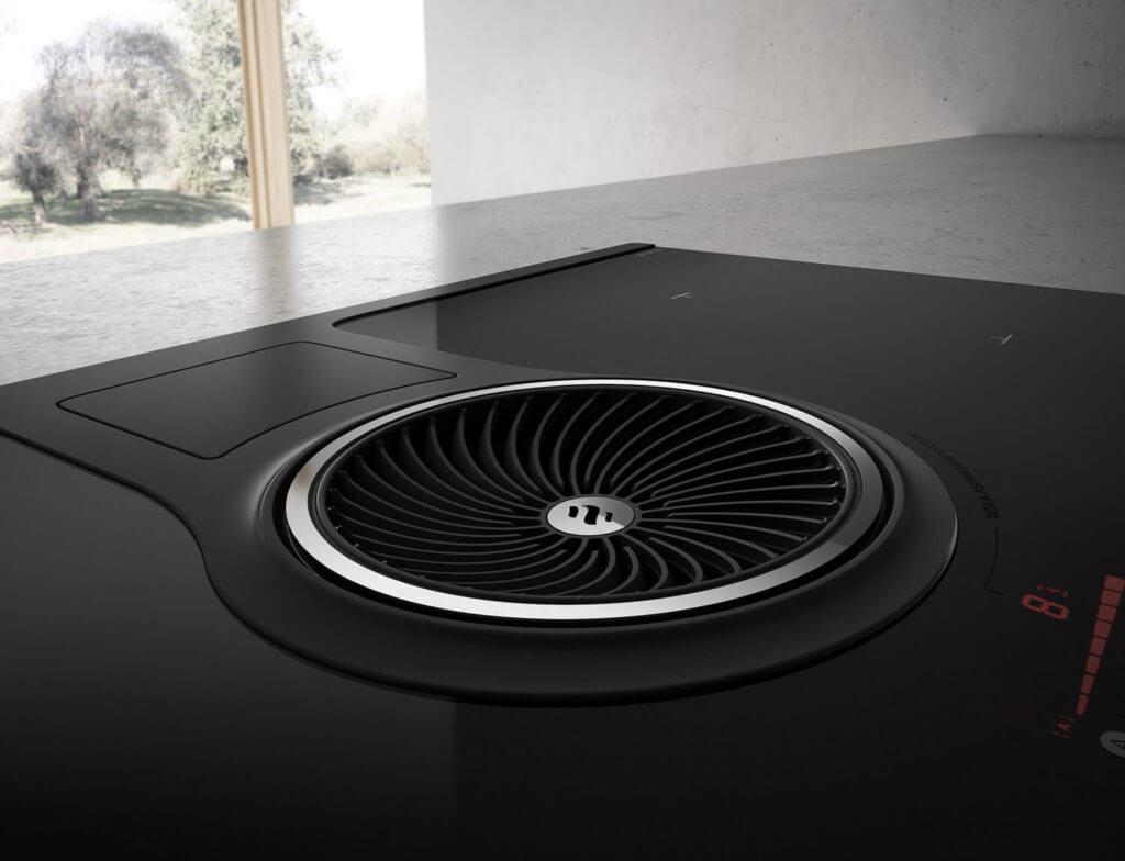 Beim italienischen Hersteller wird viel Wert auf Design gelegt. So auch beim Induktions-Kochfeld mit integriertem Dunstabzug nach unten. Foto: elica