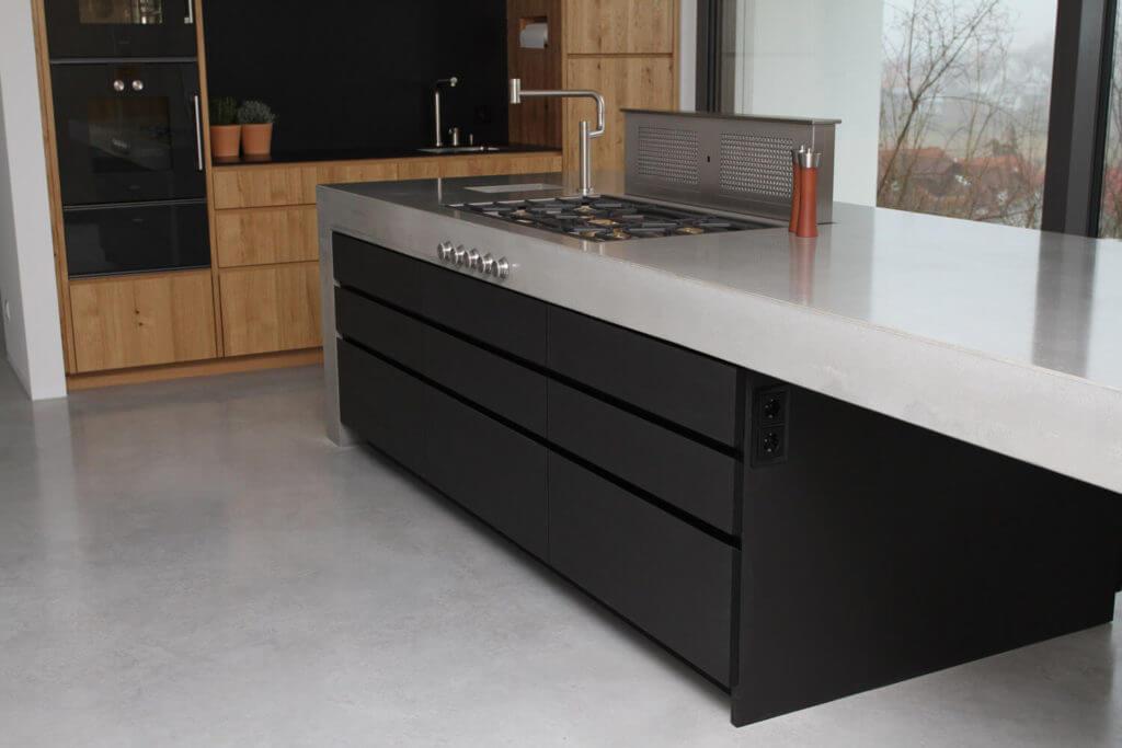 Betonküche mit Holz