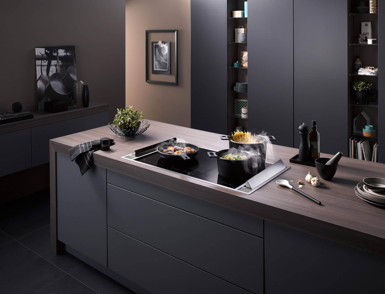 Beim homeier Downair Mistral werden die Lüfterklappen seitlich positioniert. Dies ermöglichen ein durchgängiges Kochfeld.