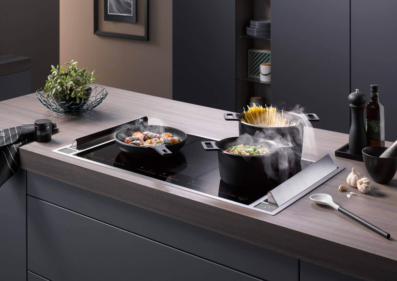 Die seitlich angeordneten Lüfterklappen ermöglichen ein durchgängiges Kochfeld.