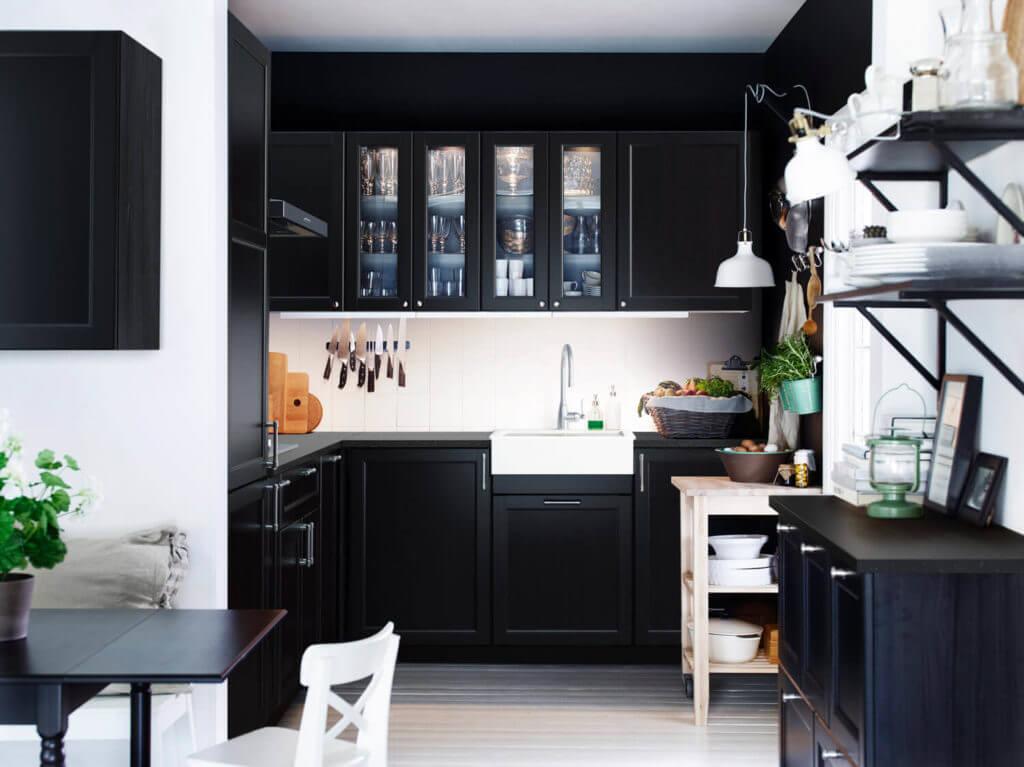 Schwarze Ikea-Küche im Landhaus-Stil