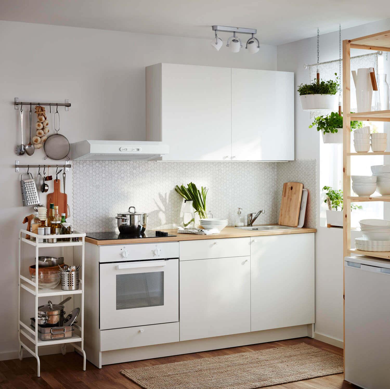 Weiße Küchenzeile von IKEA