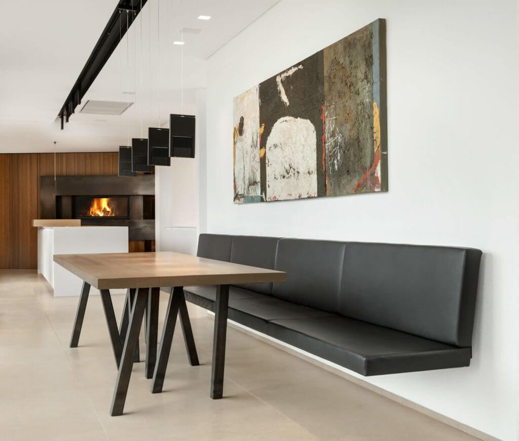 Wohnküche Kücheninsel: Weiße Kochinsel In Einer Großzügigen Wohnküche Mit