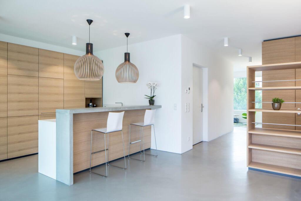Kleine Wohnküche mit Bar aus Beton und Holz. Foto: Schwab Küchen Salzburg