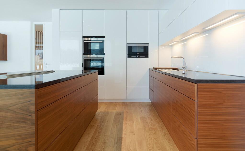 Weiße Küche mit Holz, Foto: Tischlerei Sigg
