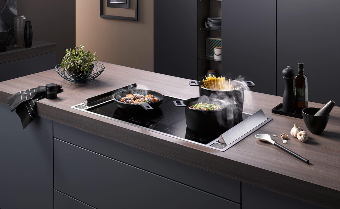 Beim homeier Downair Mistral werden die Lüfterklappen seitlich positioniert. Dies ermöglichen ein durchgängiges Kochfeld
