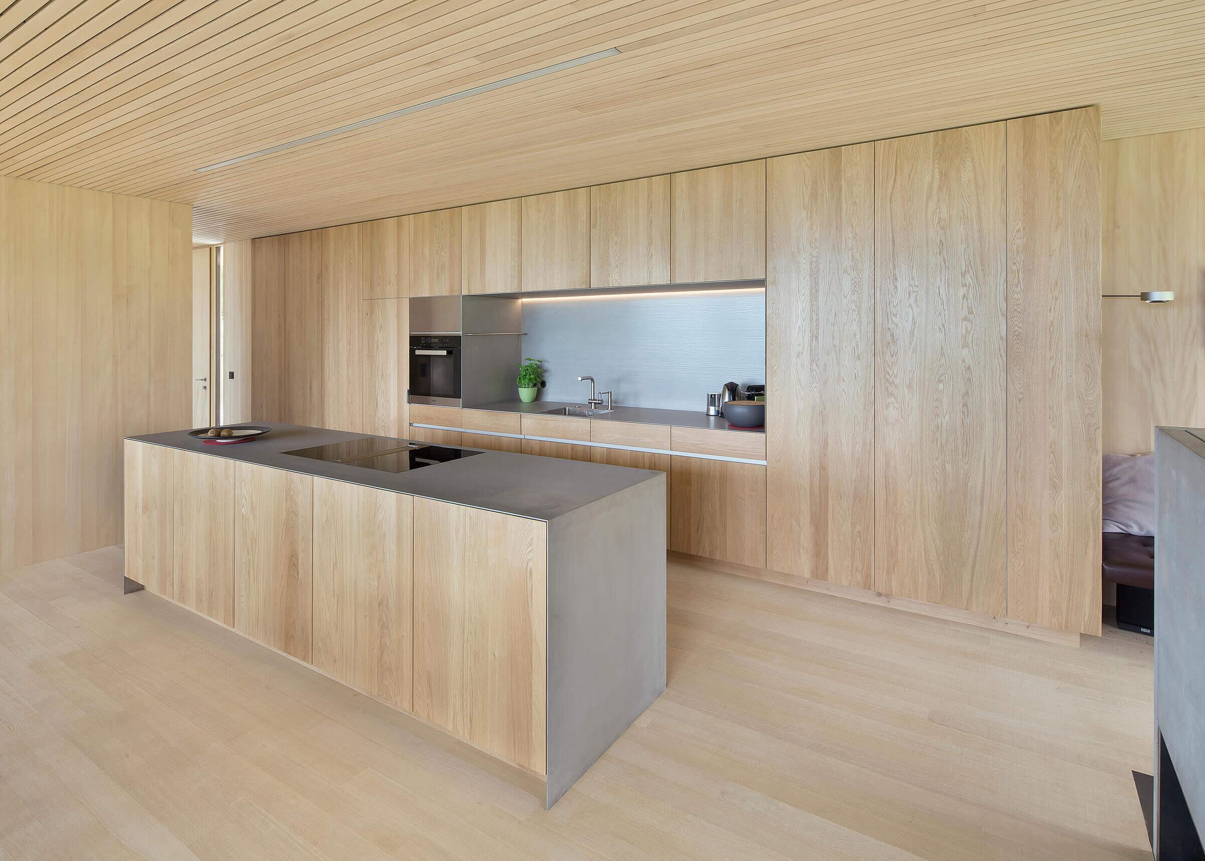 Küche mit Holzboden und mit Kochinsel Foto: Dietrich | Untertrifaller (Angela Lamprecht)