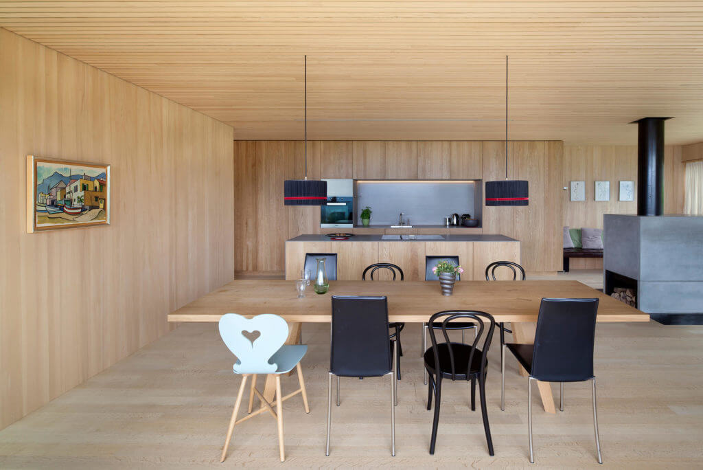 Moderne Wohnküche aus Holz Foto: Dietrich | Untertrifaller (Angela Lamprecht)