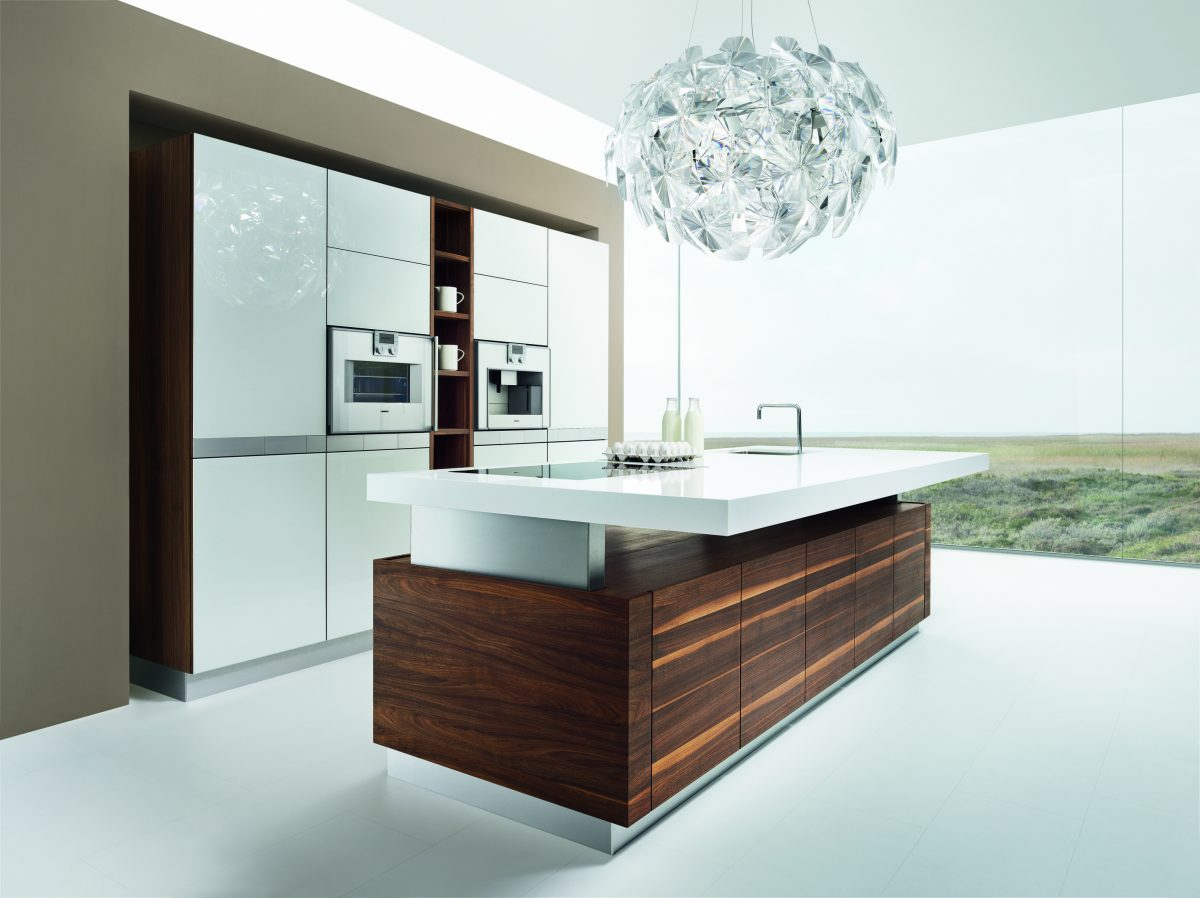 Küche aus dunklem Holz mit weißer Arbeitsplatte und Theke; Foto: Team7