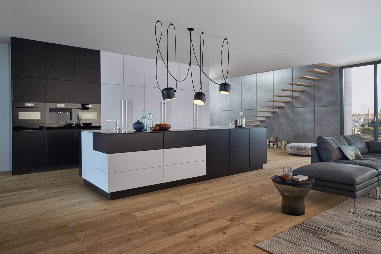 Schwarze Kochinsel. Foto: Leicht Küchen