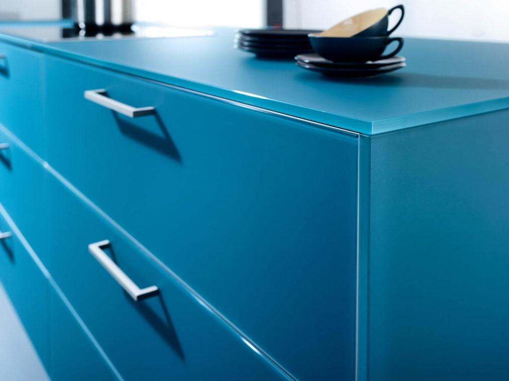 Blaue Küche mit Griffen aus Edelstahl; Foto: LEICHT Küchen