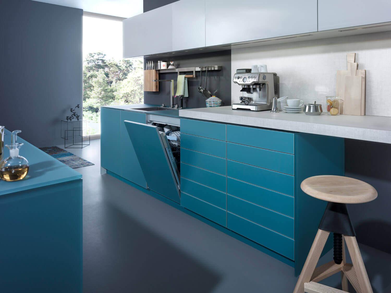 Blaue Küche mit grauer Wandfarbe. Foto: Leicht Küchen
