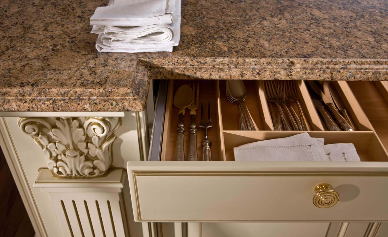 Moderne Landhausküche mit Kücheninsel. Foto: Leicht Küchen