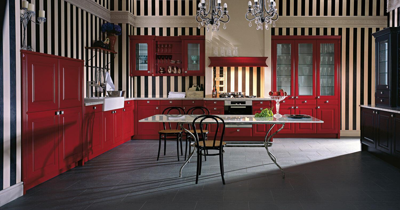 Rote Landhausküche in L-Form mit dunklem Fliesenboden. Foto: Leicht Küchen