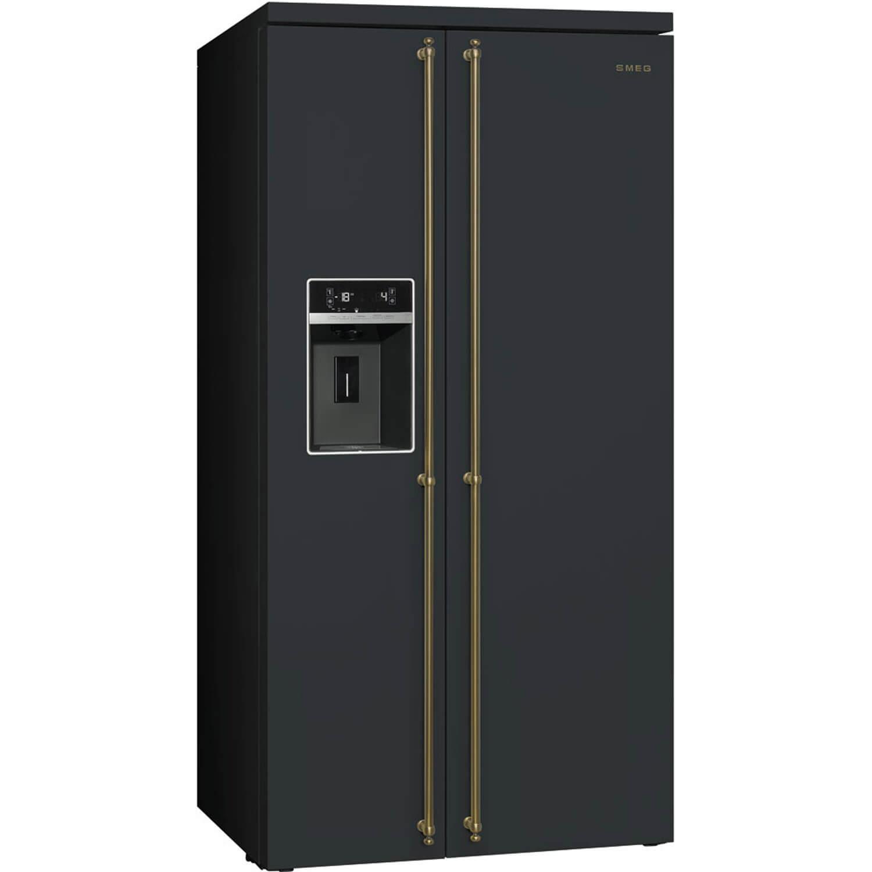Smeg Side-by-Side Kühlschrank in Schwarz mit goldenen Griffstangen. Foto: Smeg