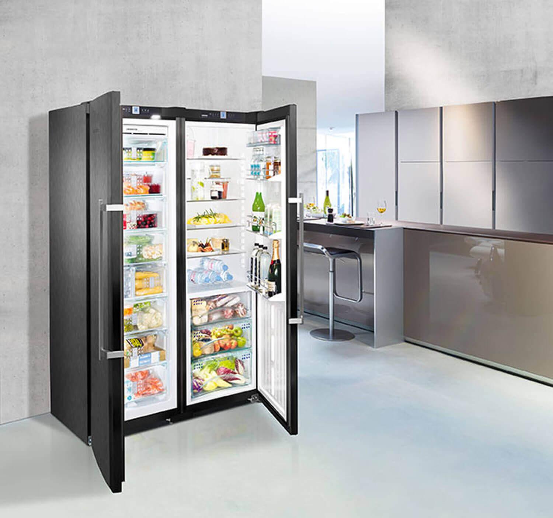 Liebherr Side-by-Side Kühlschrank im BlackSteel-Design (schwarzer Edelstahl) mit BioFresh, herausnehmbaren VarioBoxen und einer praktische Flaschenablage. Foto: Liebherr
