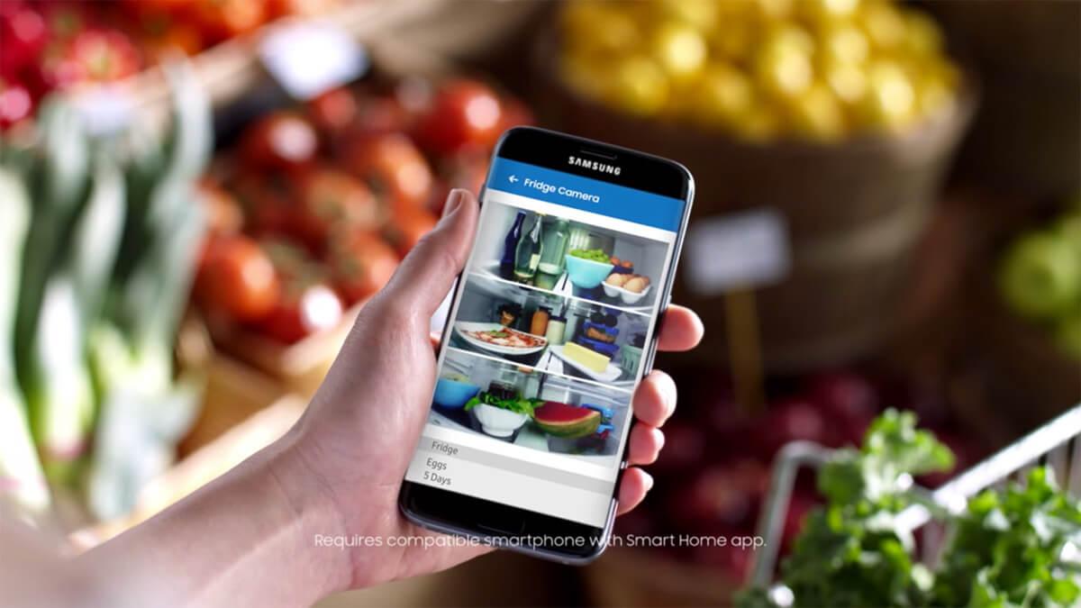 Durch 3 Kameras kannst du auch von Unterwegs einen Blick in den Kühlschrank werfen. Foto: Samsung