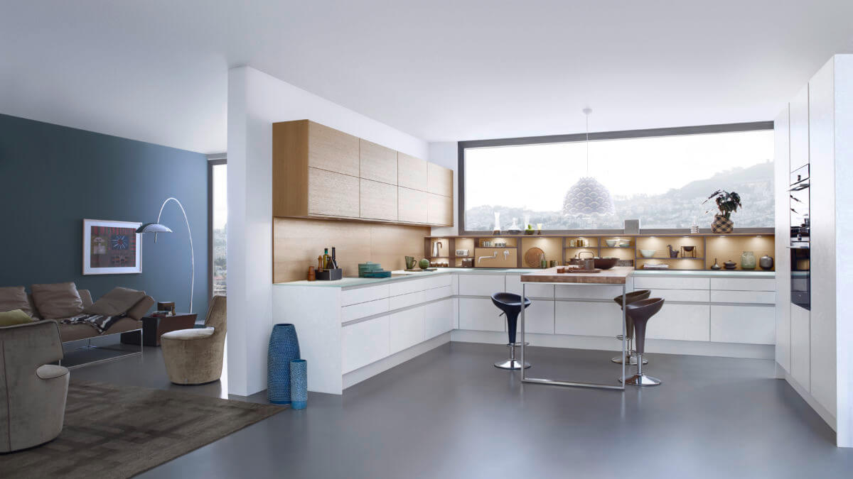 U-Form Küche in Weiß und Holz, Foto: Leicht Küchen