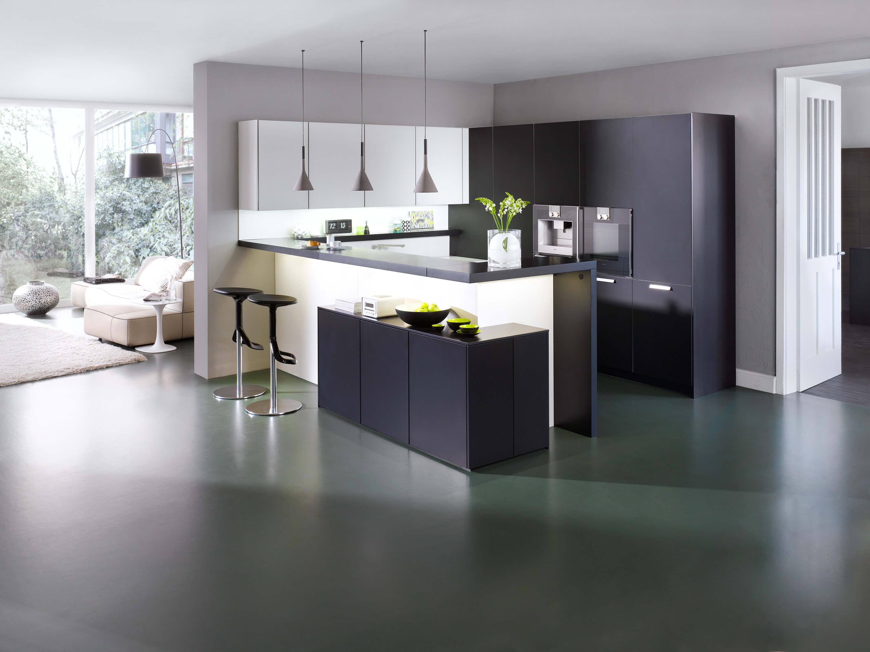 Dunkle Küche in U-Form; Foto: Leicht Küchen