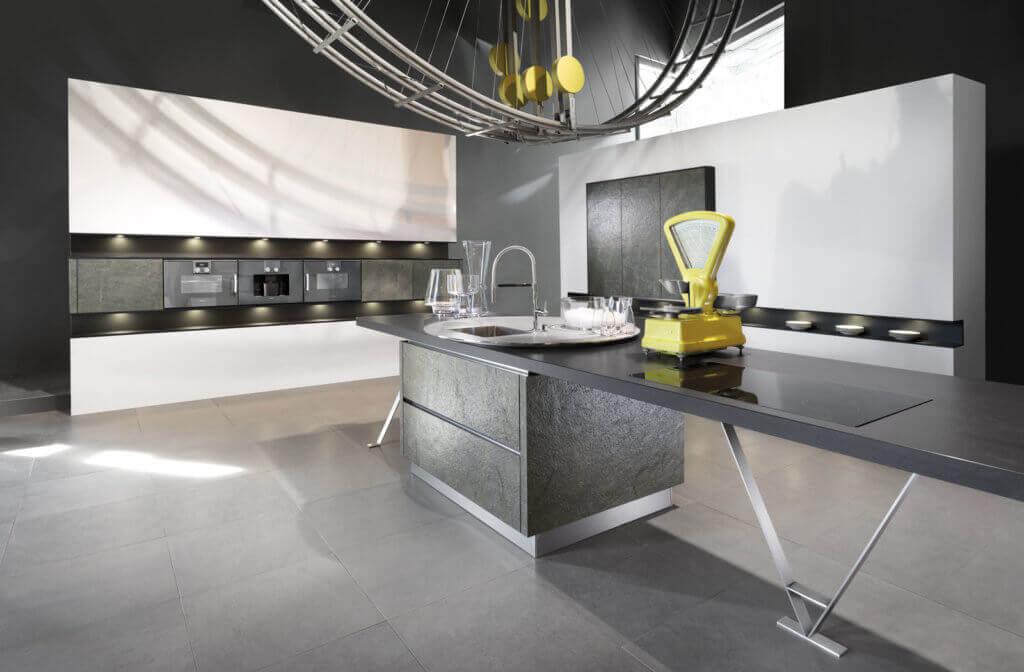Graue Küche mit Fronten aus Stein; Foto: Häker